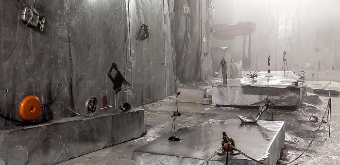 Carrara Apuanische Alpen (Bacino di Fantiscritti): Unterirdischer Marmor-Steinbruch Galeria Ravaccione - Kunstausstellung Marmor-Steinbrüche