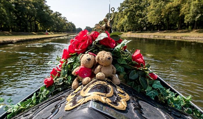 München Schlosspark Nymphenburg (Mittelkanal): Venezianische Gondel mit Teddine und Teddy