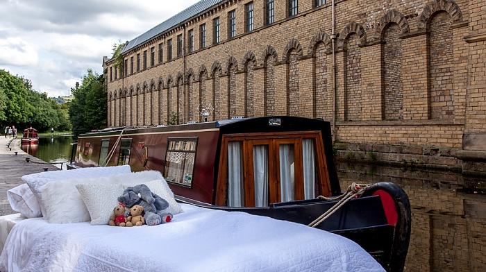 City of Bradford Saltaire: Leeds and Liverpool Canal und Salts Mill - Teddine und Teddy mit Elefant