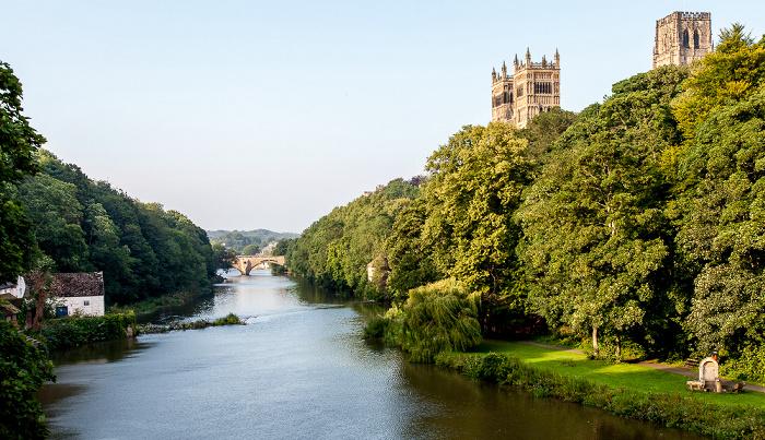 Blick von der Prebends Bridge: River Wear mit der Framwellgate Bridge, Durham Peninsula mit Durham Cathedral South Street Banks