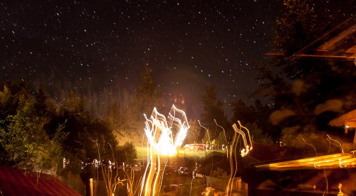 Blick vom Feurigen Tatzelwurm: Sternenhimmel und Feuerwerk