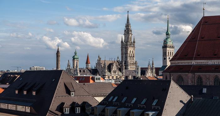 Blick von der Dachterasse des Hotels Bayerischer Hof: Altstadt mit Neuem Rathaus (links) und St. Peter (Alter Peter) München