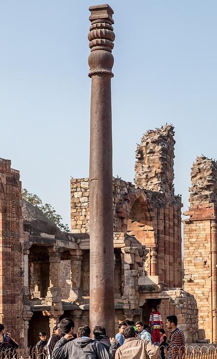 New Delhi: Qutb-Komplex - Quwwat-ul-Islam-Moschee und Eiserne Säule
