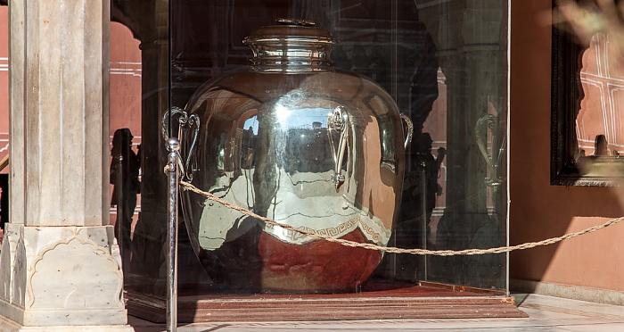 Jaipur City Palace: Sarvatobhadra Chowk - Diwan-i-Khas (private Audienzhalle):  Weltgrößtes Silbergefäß