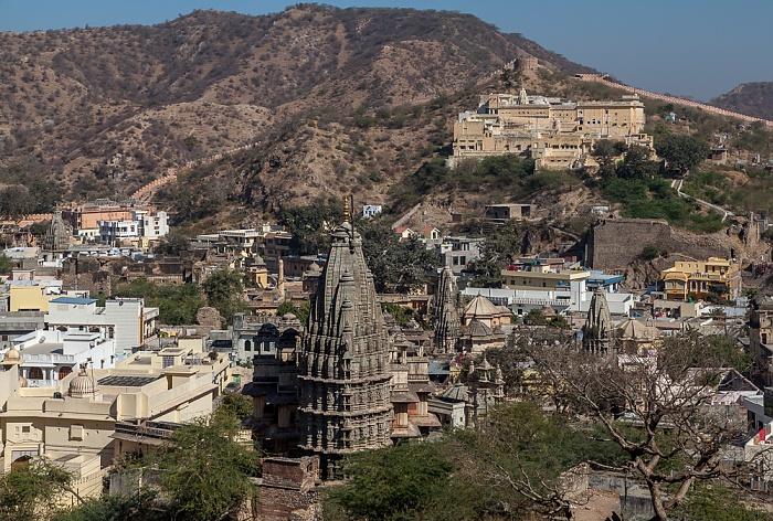 Jaipur Blick vom Amber Fort: Srijagat Siromaniji Temple und Badrinath Temple (oben)