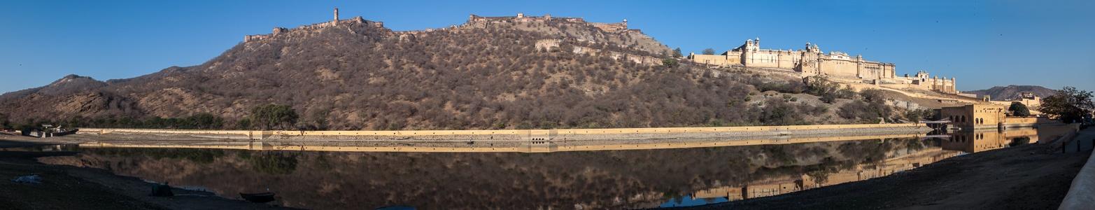 Jaipur Jaigarh Fort (oben), Amber Fort (rechts) Maota Lake