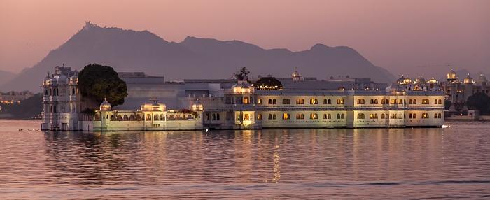 Udaipur Lake Pichola, Lake Palace (Jag Niwas) Monsoon Palace