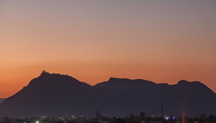 Udaipur Blick vom Hotel Hill Lake: Aravalli Hills mit dem Monsoon Palace (Sajjan Garh Palace)