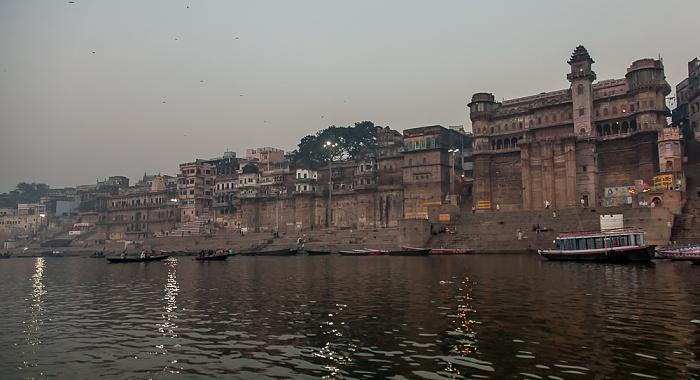 Varanasi Ganges, Ghats (v.l.): Digpatia Ghat, Chausatthi Ghat und Rana Mahala Ghat