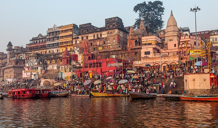 Varanasi Ganges, Ghats: Prayaga Ghat (links) und Dashashwamedh Ghat