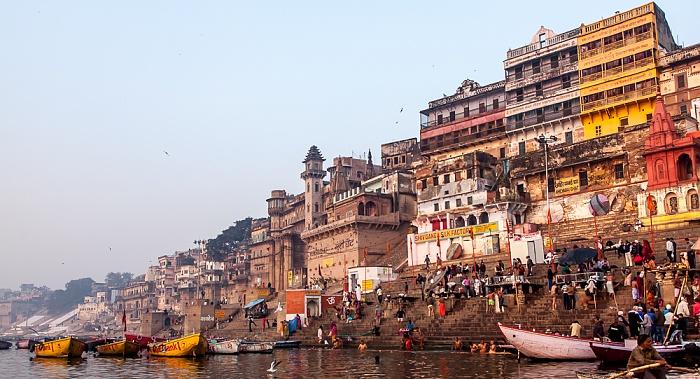 Varanasi Ganges, Ghats: Darabhanga Ghat (links) und Munshi Ghat Darbhanga Palace