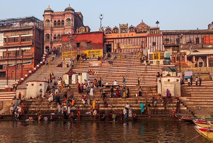 Varanasi Ganges, Ghats: Vijayanagaram Ghat (links) und Kedar Ghat