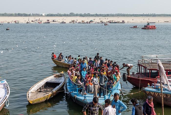 Varanasi Ganges: Boot mit Hochzeitsgesellschaft