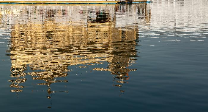 Amritsar Golden Temple Complex: Harmandir Sahib (Goldener Tempel) spiegelt sich im Amrit Sarovar (Wasserbecken)