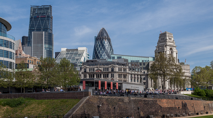 Blick vom Tower of London: Leadenhall Building (122 Leadenhall Street) und 30 St Mary Axe (Swiss Re Building, Gherkin) 10 Trinity Square Trinity Square