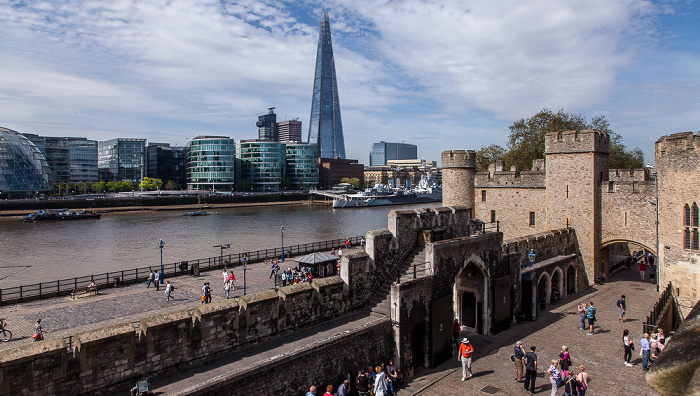 Tower of London: Water Lane, Traitors' Gate, St Thomas Tower und Wakefield Tower City Hall HMS Belfast More London The Shard Themse