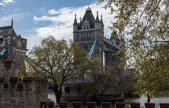 Blick vom Tower of London: Tower Bridge London 2016