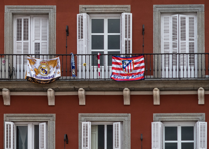 Plaza Mayor: Flaggen von Real Madrid C. F. (links) und Atlético de Madrid
