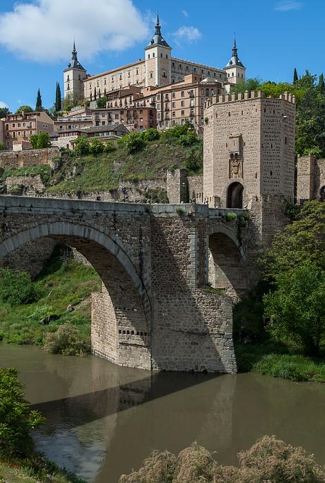 Puente de Alcántara über den Río Tajo, Puerta de Alcántara, Centro Histórico mit dem Alcázar de Toledo Toledo 2016