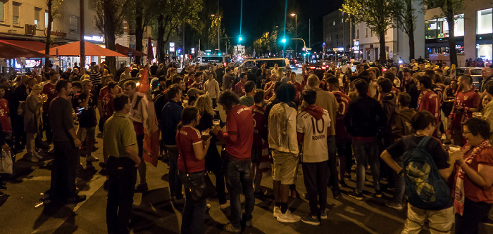 München Schwabing: Leopoldstraße - Feiernde Fans FC Bayern München