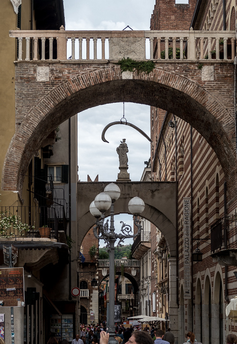 Centro Storico (Altstadt): Via della Costa mit dem Arco della Costa Verona 2016