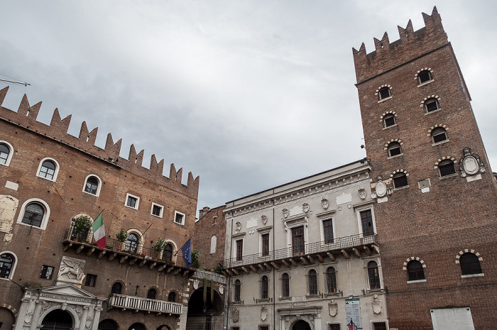 Centro Storico (Altstadt): Piazza dei Signori - Palazzo del Podestà (links) und Palazzo di Cansignorio Verona