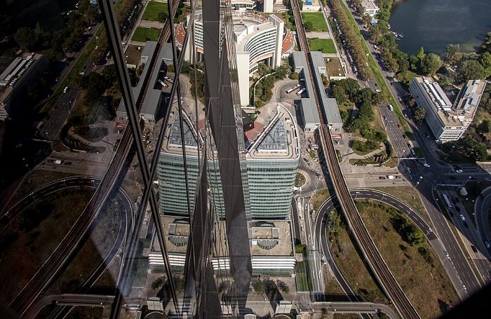 Wien Blick von der DC Tower 1 Skyterasse: U-Bahnlinie U1 mit U-Bahn-Station Kaisermühlen ARCOTEL Kaiserwasser Kaiserwasser Tech Gate Vienna UNO-City Vienna International Centre