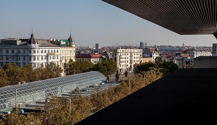 Blick aus dem Motel One Wien Westbahnhof: Europaplatz, U-Bahn-Station Westbahnhof