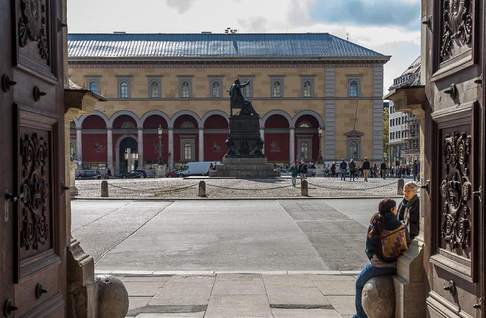München Altstadt: Blick aus der Residenz - Max-Joseph-Platz mit Bronzedenkmal König Maximilian I. Joseph Palais Toerring-Jettenbach