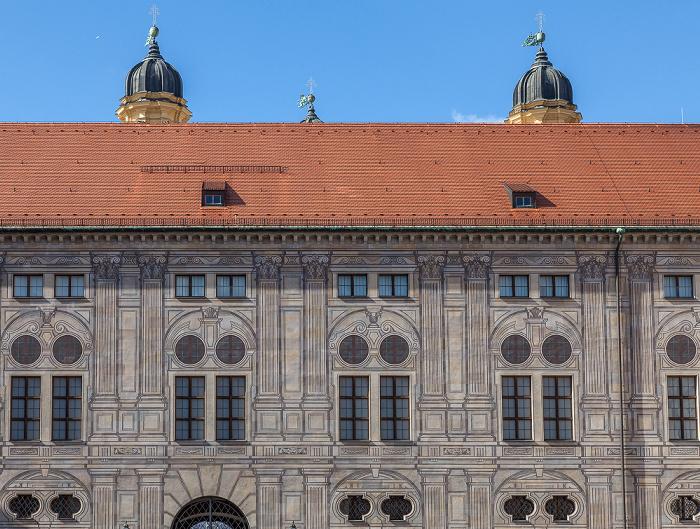München Residenz: Kaiserhof Theatinerkirche