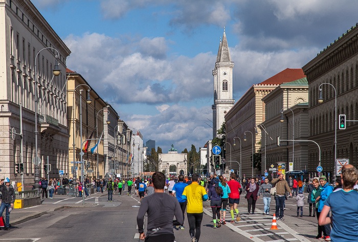 Maxvorstadt: Ludwigstraße - München-Marathon 2016 Ludwigskirche Siegestor