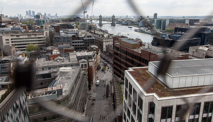 Blick von der Aussichtsplattform des Monument: City of London, Themse, Tower Bridge, City Hall London