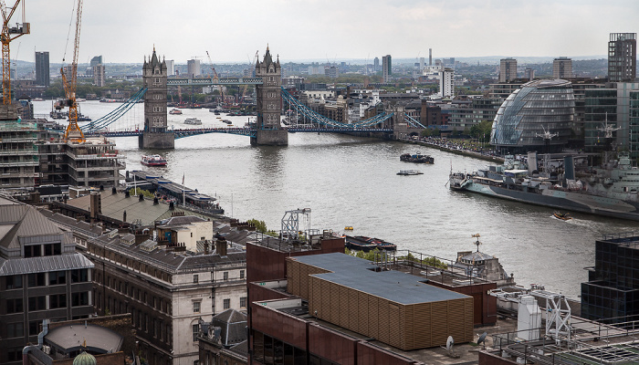 Blick von der Aussichtsplattform des Monument: City of London (unten), Themse, Tower Bridge London 2017