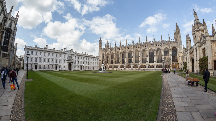 Cambridge King's College: Front Court mit (v.l.) Wilkins' Building, Gibbs' Building, King's College Chapel und King's College Gatehouse & Screen