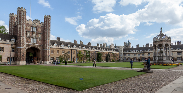 Cambridge Trinity College: Trinity Great Court mit Great Gate und Fountain