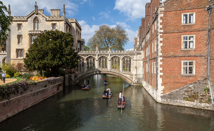 Cambridge St John's College: Blick von der Kitchen Bridge auf den River Cam und die Bridge of Sighs