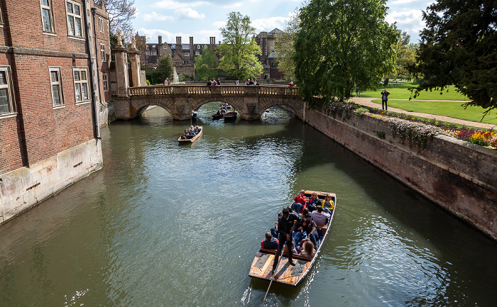 Cambridge St John's College: Blick von der Bridge of Sighs auf den River Cam und die Kitchen Bridge