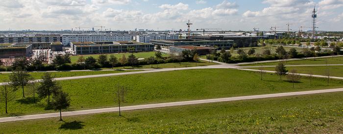 Blick vom Aussichtshügel Riemer Park: Riemer Park (Landschaftspark Riem, BUGA-Park), Messestadt Riem, Neue Messe München München