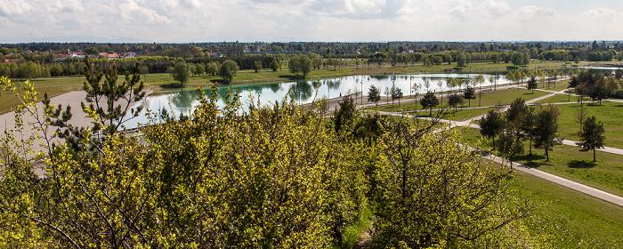 Blick vom Aussichtshügel Riemer Park: Riemer Park (Landschaftspark Riem, BUGA-Park) mit Riemer See München