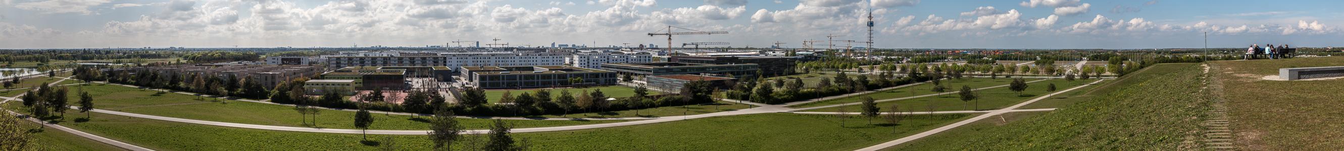 Blick vom Aussichtshügel Riemer Park: Riemer Park (Landschaftspark Riem, BUGA-Park), Messestadt Riem, Neue Messe München