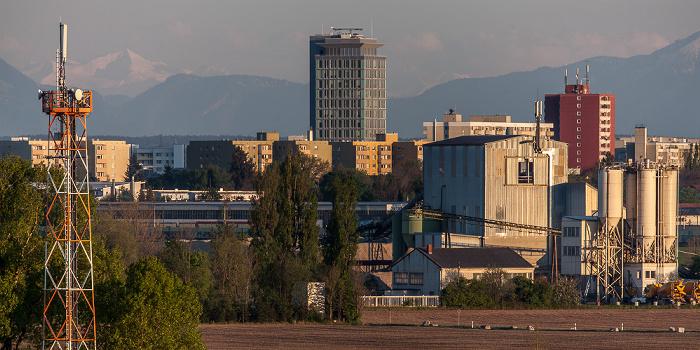 Blick vom Aussichtshügel Riemer Park: Haar mit Hochhaus Jagdfeldzentrum München
