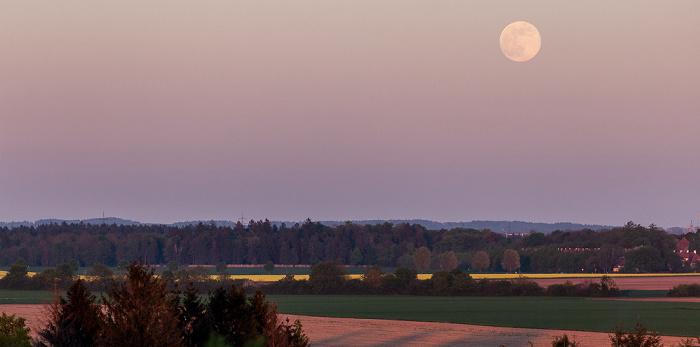 Blick vom Aussichtshügel Riemer Park: Mondaufgang München