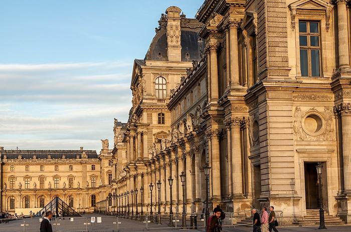 Paris Musée du Louvre: Cour Napoléon