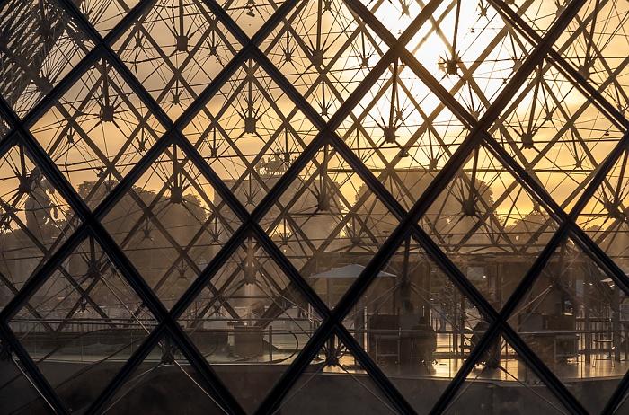 Paris Musée du Louvre: Cour Napoléon - Glaspyramide im Innenhof des Louvre