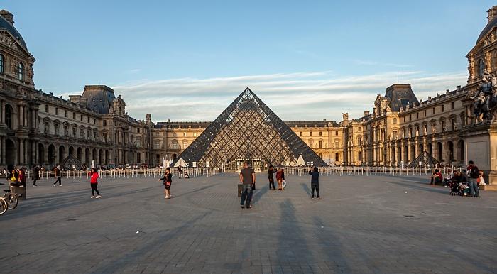 Paris Musée du Louvre: Cour Napoléon mit der Glaspyramide im Innenhof des Louvre
