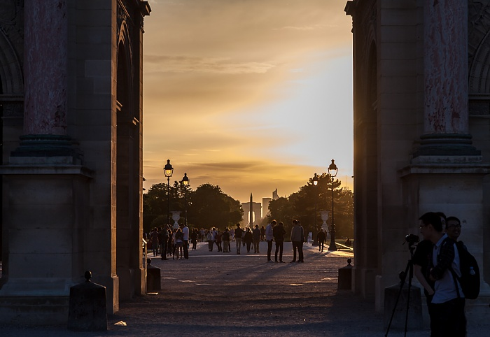 Paris Blick durch den Arc de Triomphe du Carrousel auf den Jardin des Tuileries, den Obelisk von Luxor und den Arc de Triomphe