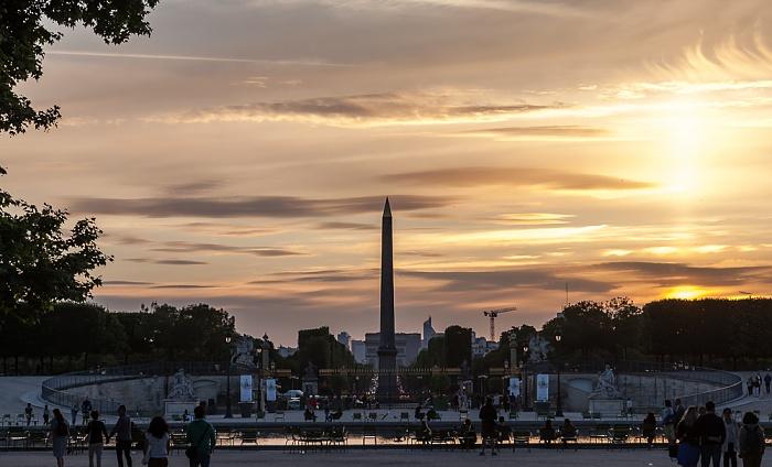 Paris Jardin des Tuileries mit dem Grand Bassin Octogonal Arc de Triomphe Obelisk von Luxor
