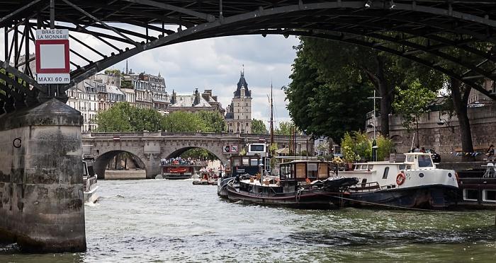 Seine, Pont des Arts (oben), Pont Neuf, Île de la Cité (links), Quai de Conti Paris