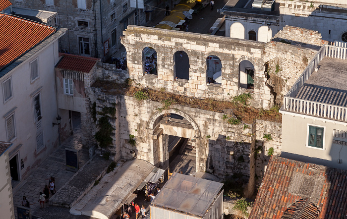 Split Blick vom Turm der Kathedrale des Heiligen Domnius: Silbernes Tor (Porta Orientalis. Diokletianpalast)