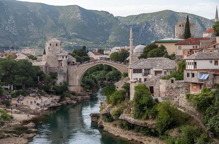Mostar Blick von der Lučki most: Neretva, Alte Brücke (Stari most)